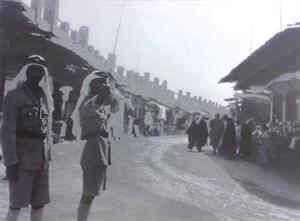 الشرطة بالزي الرسمي في أحد شوارع الكويت القديمة