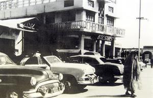 سيارات قديمة تقف في السوق