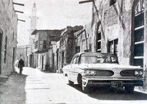 سيارة موديل قديم في أحد شوارع الكويت القديمة